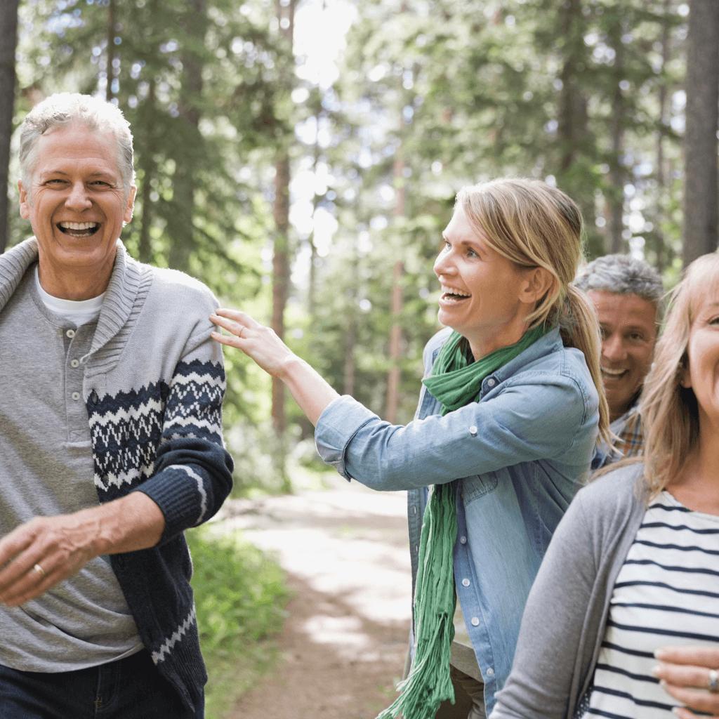 Lachende Menschen bei Spaziergang im Wald