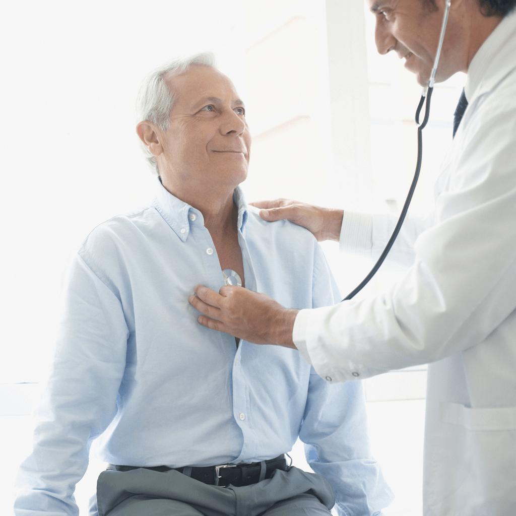 Älterer Mann wird von Arzt untersucht