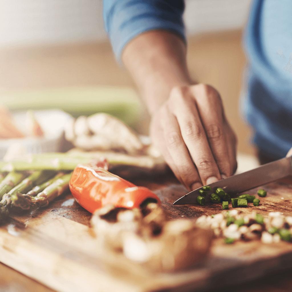 Zubereitung von Lebensmitteln auf Küchenbrett