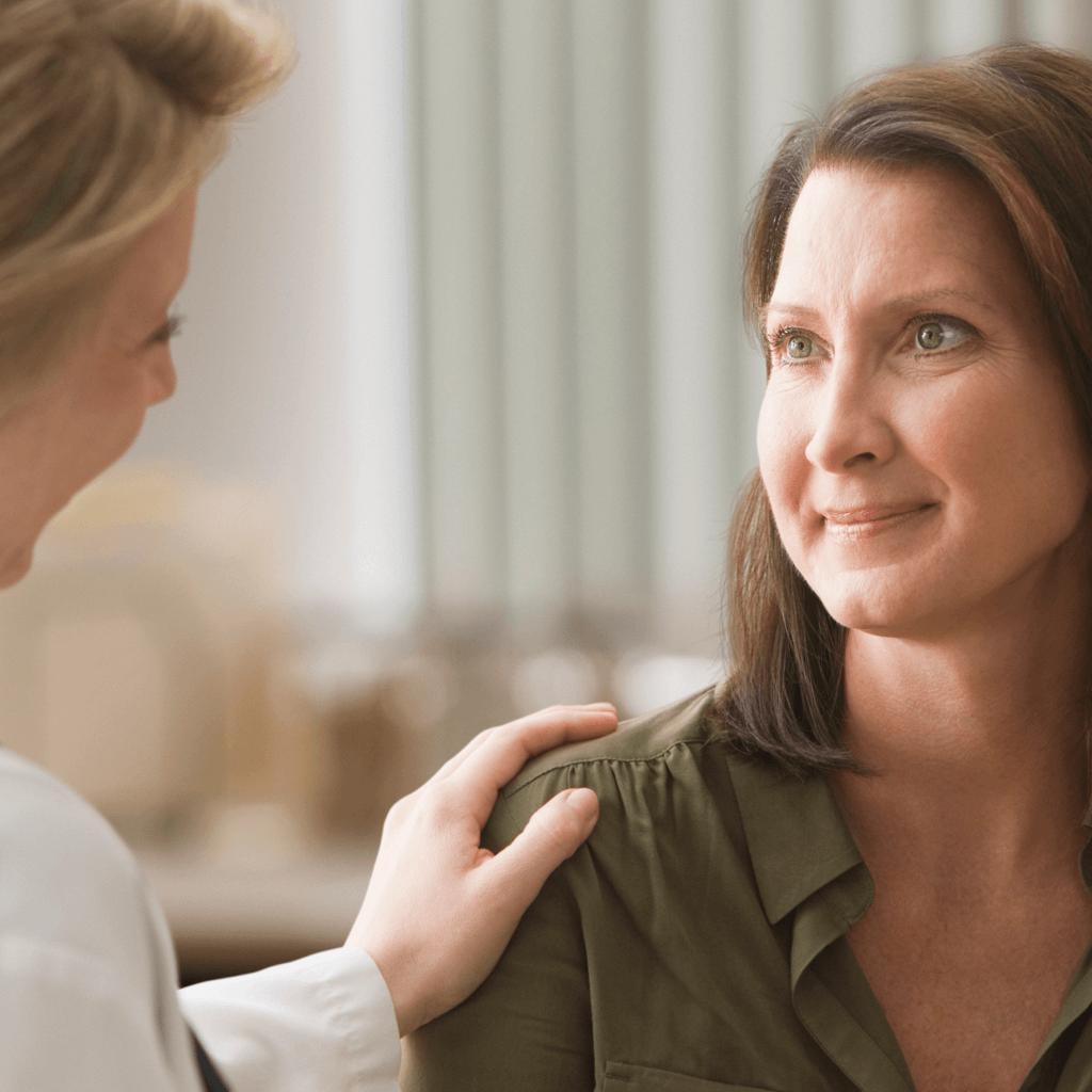 Ärztin gibt ihrer Patientin einen Rat