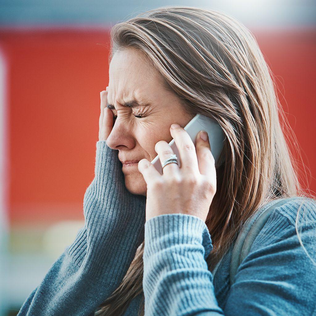 Verzweifelte Frau am Handy