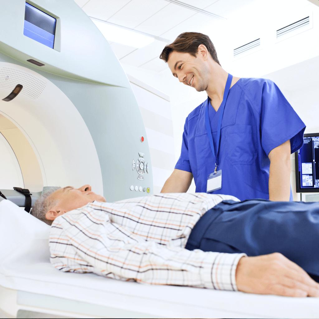 Älterer Mann mit hepatischer Enzephalopathie wird von einem Arzt behandelt