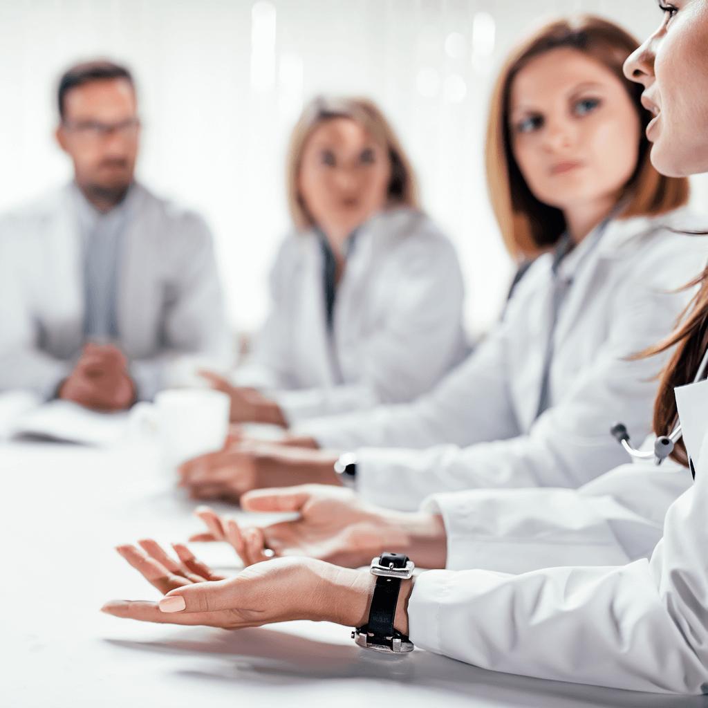 Ärzteteam unterhält sich über die häufigsten Risikofaktoren einer Leberzirrhose
